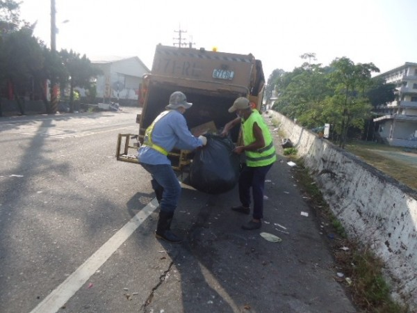 為了整理韓營晚會留下來的垃圾,清潔隊員花了一整天的時間才處理完成。(記者黃佳琳翻攝)