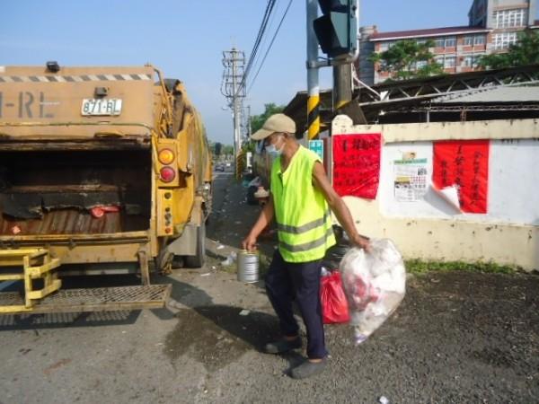韓營支持者留下滿地垃圾,累壞清潔隊員。(記者黃佳琳翻攝)