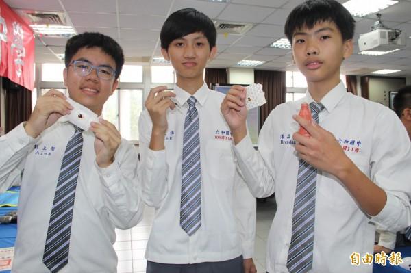 左起:彭上哲、賴政揚、潘品諾,以「碘酒OK繃」獲優等作品。(記者許倬勛攝)