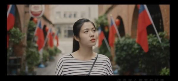 「更新的力量」競選MV透過女主角穿梭在金城鎮老街、市集及傳統與現代建築間,傳達「更新」的精神。(圖由許燕輝提供)
