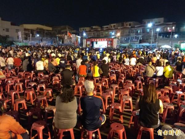韩国瑜离去后,许多人也著离开,不看布袋戏,空出许多座位。(记者洪定宏摄)