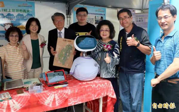空污防制機器人可偵測溫溼度、顯示空污數值,超標將自動過濾空氣,改善校內環境。。(記者黃旭磊攝)