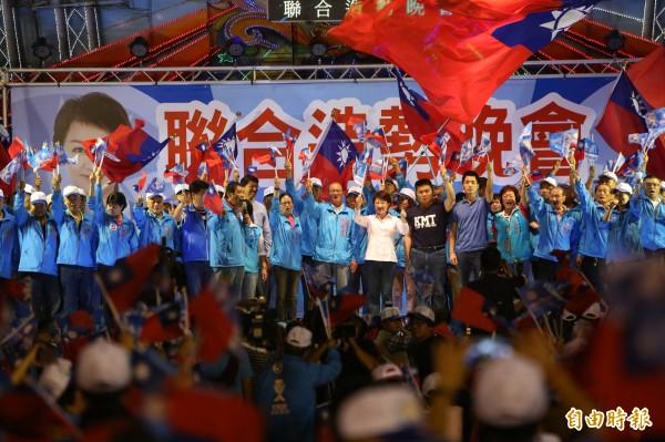 藍營台中海線大團結,呼籲民眾支持。(記者張軒哲攝)