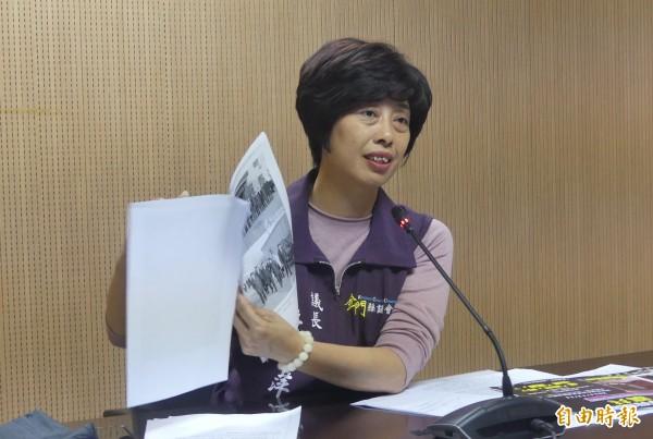 金門縣議長洪麗萍出示網路相關截圖,強調縣議會事前對「金酒東北試釀案」完全不知情。(記者吳正庭攝)