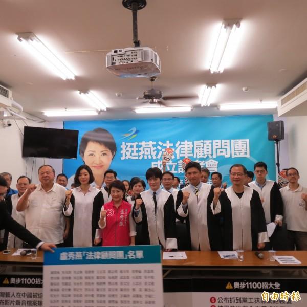 150名律師組成「挺燕律師顧問團」,今天在盧秀燕競選總部召開記者會教民眾如何防奧步。(記者蘇金鳳攝)