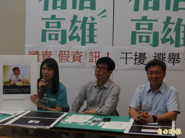 陳其邁競選總部發言人林瑩蓉(左),拿出本報拍攝照片,證實陳其邁右耳根本沒戴耳機。(記者葛祐豪攝)