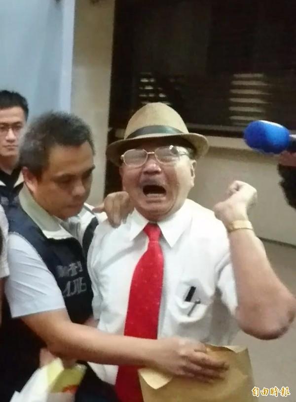 周慶峻一路高喊中國共產黨萬歲,又叫又跳的被拉進台北地檢署。(記者黃捷攝)