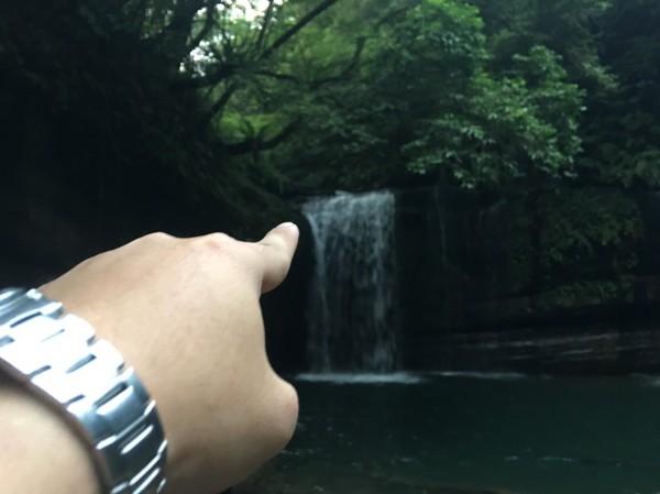 黃男從望古瀑布頂端跳下水(記者吳昇儒翻攝)