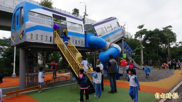 林口樂活公園特色共融遊戲場今日啟用,以捷運車廂外觀為概念,打造出四米高的塑木溜滑梯,是公園最大特色。(記者葉冠妤攝)