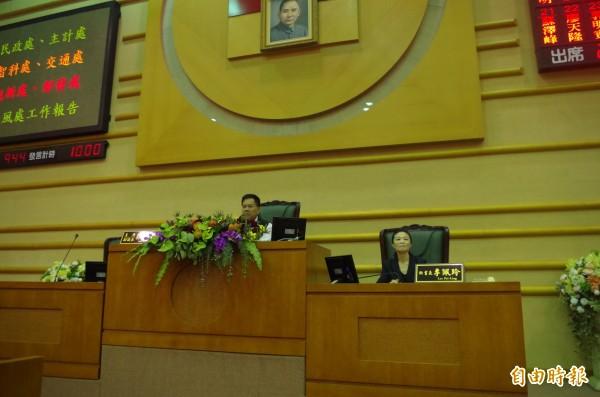 嘉市副議長郭明賓(左)今主持定期會。(記者王善嬿攝)