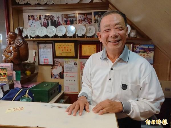 72歲「阿塗師」吳火塗,不僅鍋鏟灶廚拿手,對台南飲食故事亦是如數家珍。(記者洪瑞琴攝)