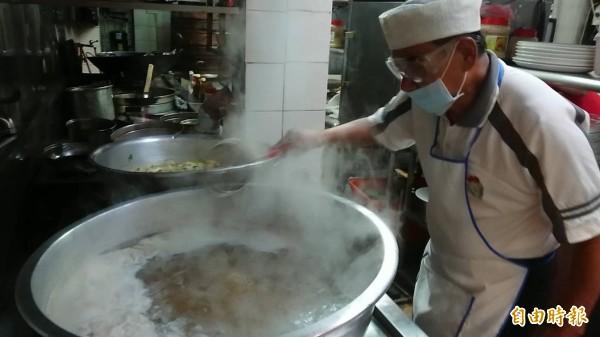 欣欣餐廳掌門人吳火塗,傳承經典老台菜手藝。(記者洪瑞琴攝)
