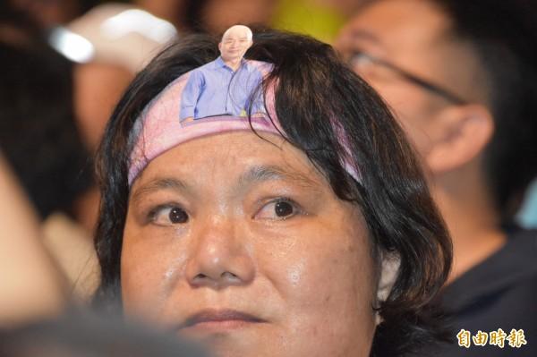 韓國瑜岡山造勢晚會現場,一名支持者將韓國瑜圖像貼在頭巾上力挺。(記者蘇福男攝)