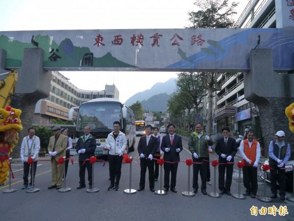 台中市公車865路16日上路,舉行通車剪綵典禮。(記者張軒哲攝)