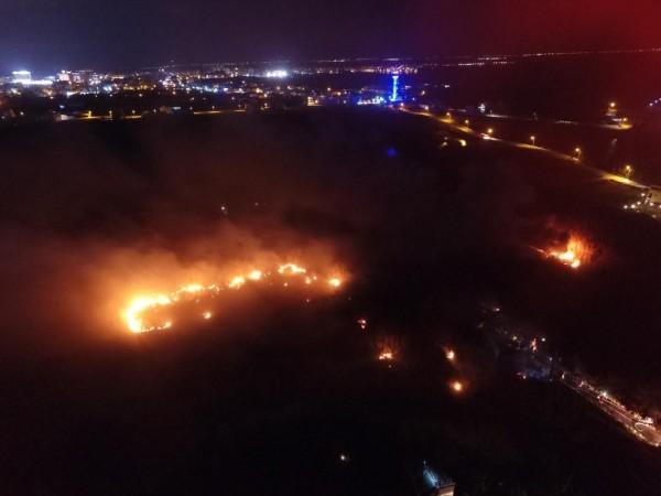 澎湖花火存放廠發生爆炸,火勢迅速蔓延。(民眾提供)