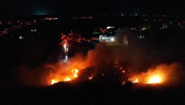 花火存放場距離民宅相當近,造成安全危機。(民眾提供)