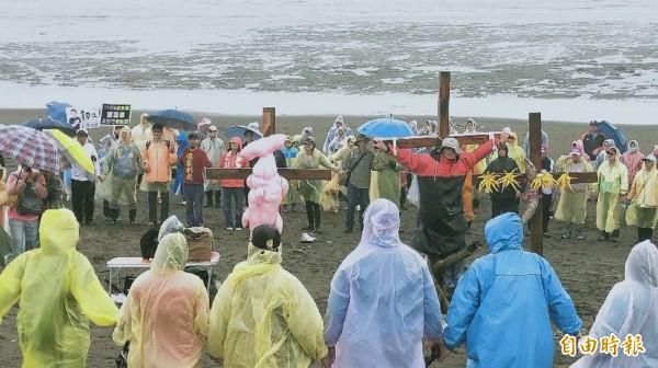 「千手牽手護藻礁」活動,關心生態民眾、環團到場。(記者謝武雄攝)