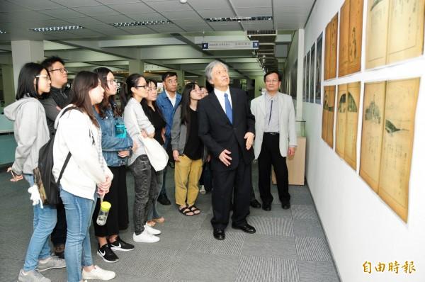 靜宜大學「台日兒童文學」系列活動,展出創刊100週年的日本著名兒童文學雜誌《赤鳥》原刊本展覽。(記者歐素美攝)