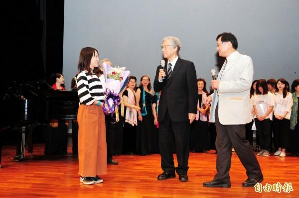 靜宜大學邀請日本知名文學研究學者、國立東北大學名譽教授仁平道明(中)來台展出其珍藏的《赤鳥》原刊本。(記者歐素美攝)