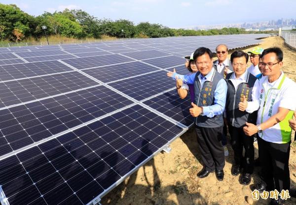 台中市 長 林佳龍 (前排 左) 視察 文山 綠光 計畫. (記者 張菁雅 攝)