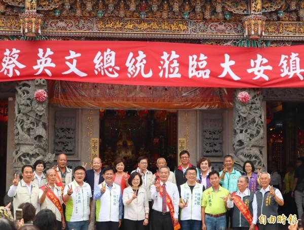 總統蔡英文到台中市大安區鎮安宮向市民推薦認真的台中市長林佳龍,並比出勝利的姿勢。(記者歐素美攝)