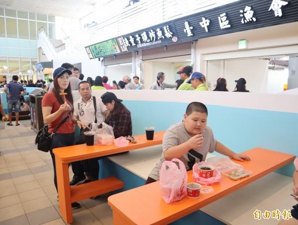 梧棲漁港魚貨直銷中心銷售區啟用,內部空間乾淨明亮。(記者歐素美攝)