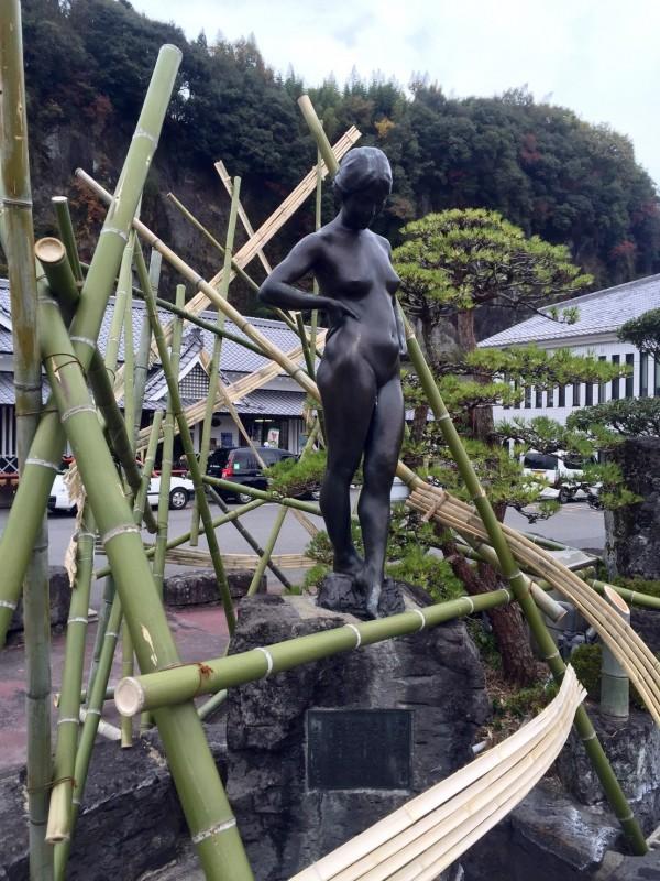 設於豊後竹田火車站前,日本雕塑大師朝倉文夫的雕塑作品美女。(陳世憲提供)