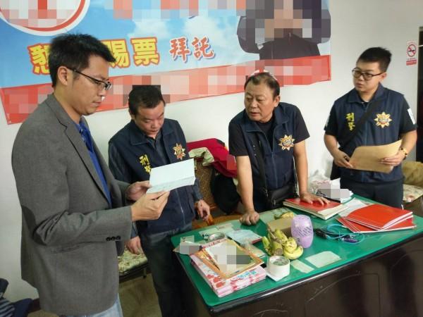 彰化檢警在曾萬火競選總部查獲相關證物。(記者陳冠備翻攝)