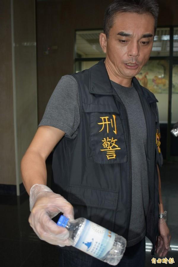 潤滑液藏在藥師咒水瓶子內,讓警察傻眼。(記者張瑞楨攝)