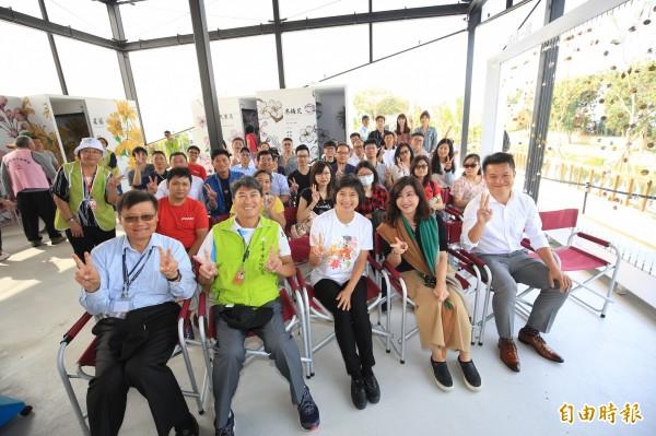 台中市運動休閒娛樂產業聯盟20家公司單位代表,參觀台中花博豐原園區內的楷模創生館。(記者歐素美攝)