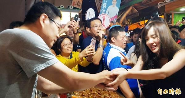 韓國瑜女兒韓冰今晚首次到瑞豐夜市掃街拜票,展現超人氣。(記者陳文嬋攝)
