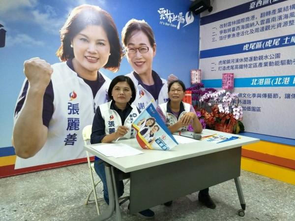 张丽善(左)在脸书粉丝专页直播拉票催票,晚上同样在斗六徒步扫街。(记者林国贤翻摄)