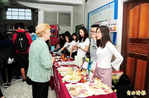 靜宜大學西班牙語文學系學生,以美食等分享出國遊留學及實習的體驗。(記者歐素美攝)
