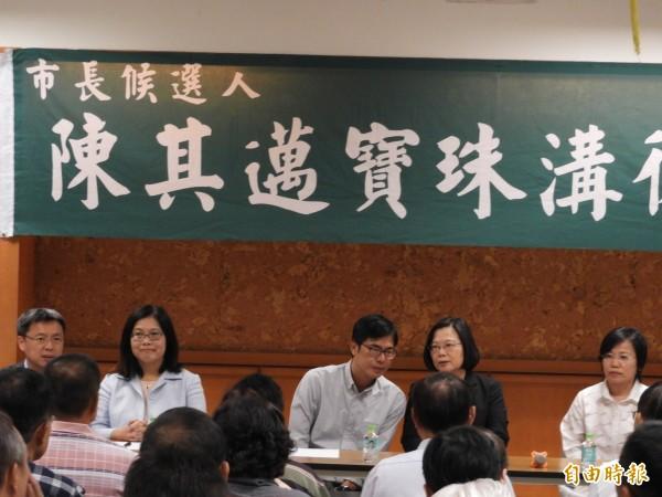 蔡英文總統與陳其邁,一起出席後援會會長座談,檢討敗選原因。(記者葛祐豪攝)