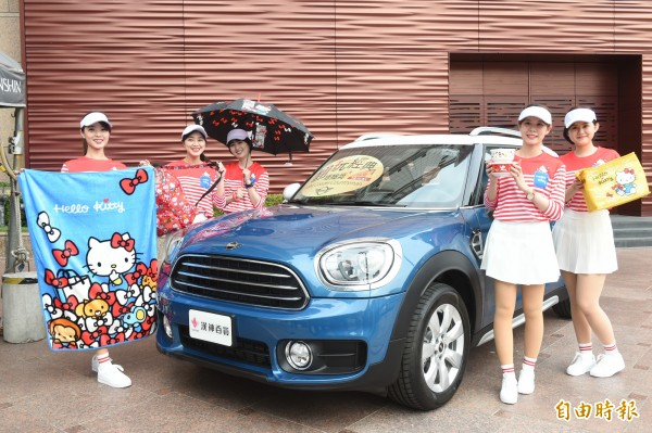 週年慶最大獎祭出MINI Cooper Countryman汽車,消費者只需要消費2000元,就有機會把汽車開回家。(記者張忠義攝)