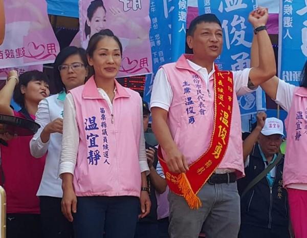 头份市代会主席温俊勇(右)成功连任,胞妹温宜静(左)也顺利当选县议员,两人将捐出选票补助款。(记者郑名翔翻摄)