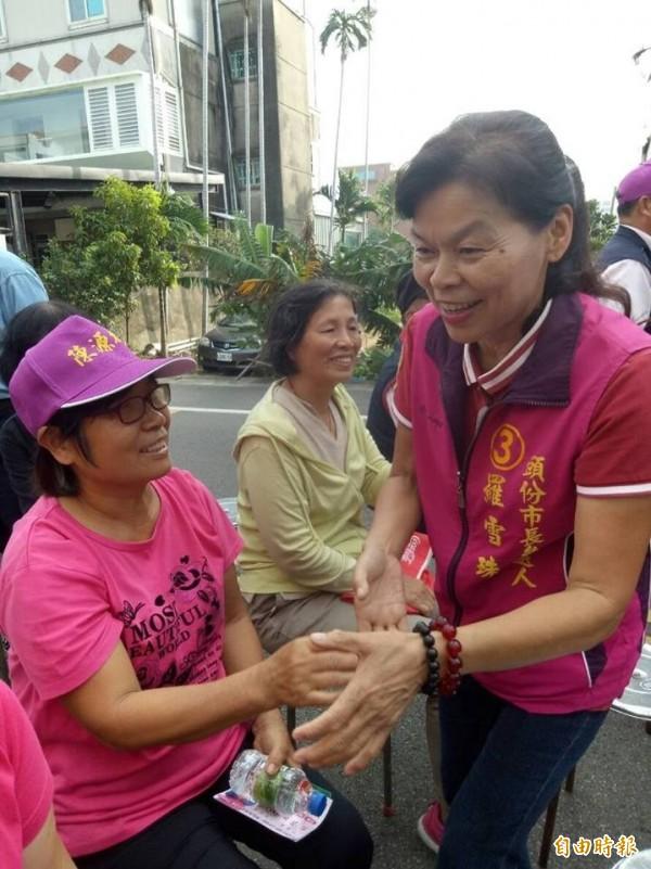 新任头份市长罗雪珠(右)也宣布捐出选票补助款约70万,帮助弱势族群。(记者郑名翔摄)