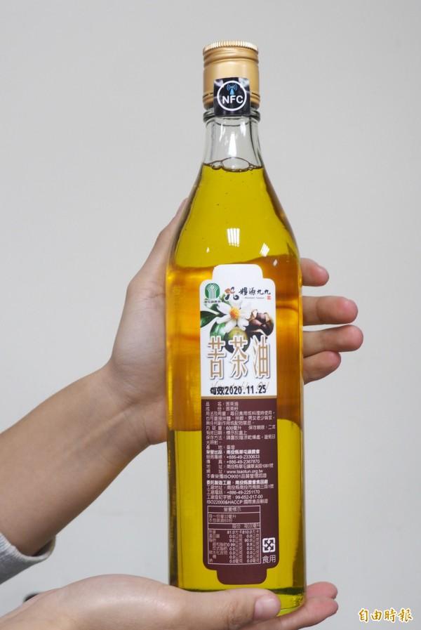 草屯農會苦茶油有防偽標籤手機感應就是真假,標籤在瓶蓋下方。(記者陳鳳麗攝)