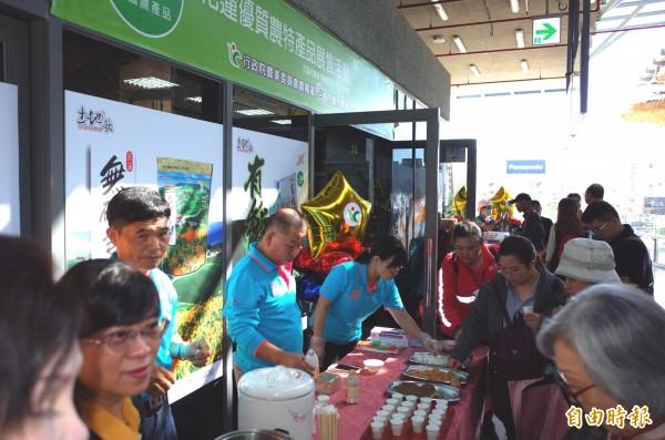 花蓮市農會在花蓮車站賣有機農特產品,現場有機豆漿、滷肉飯香噴噴,讓準備搭車的旅客聞香而來試吃。(記者花孟璟攝)