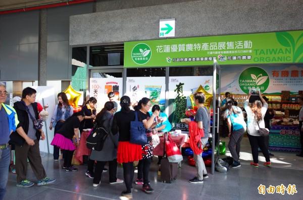 花蓮車站3樓商店街第一個專櫃開賣啦,租期訂一個月先試水溫。(記者花孟璟攝)