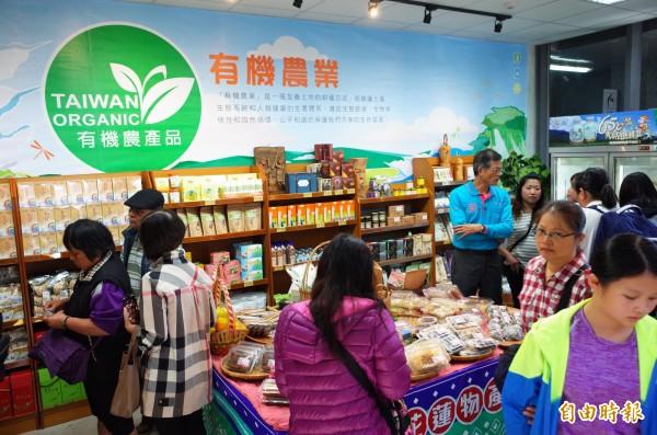 花蓮車站3樓商店街第一個專櫃開賣啦,有機農產品好吃又好買。(記者花孟璟攝)