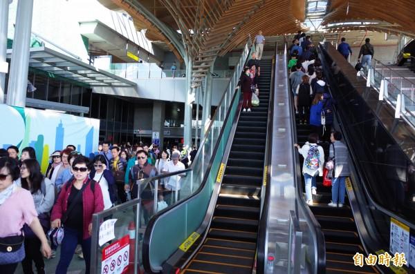 花蓮車站10月啟用,電扶梯直上三樓購票區及商店街,即使非假日,每日遊客進出量也有破萬人。(記者花孟璟攝)