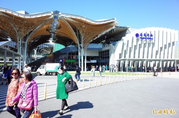花蓮車站2017年平均每日進出站人次2.8萬人,圖為2018年10月啟用的新花蓮站外觀。(記者花孟璟攝)