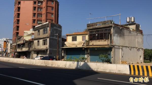 新竹縣將靜待內政部最後的裁決,決定是否動用公權力強制拆除林冠佑的這兩棟房子(圖右1、2),讓新竹縣高鐵橋下連絡道延伸入竹科的2期工程徹底打通。(記者黃美珠攝)