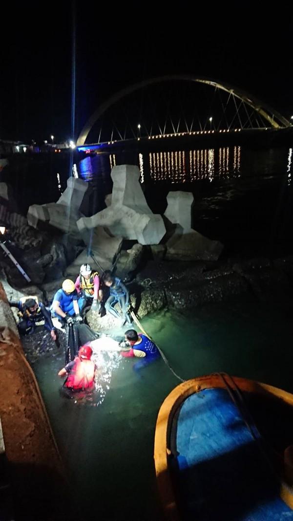 岸巡與消防隊員將婦人從海中救起(記者吳昇儒翻攝)
