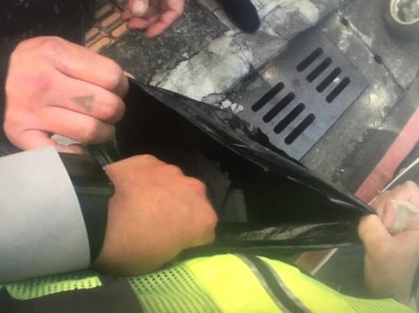 警方在魏男的提袋內起出毒品咖啡包(記者吳昇儒翻攝)