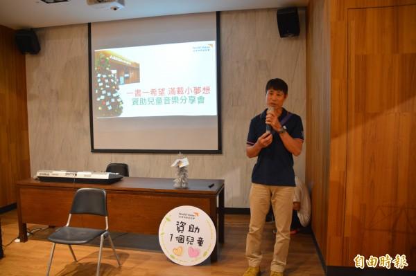 花蓮60歲退休郵差張敏郎,自1997年起透過台灣世界展望會資助國外貧童就學,每月捐助700元,21年來愛心不曾間斷。(記者王峻祺攝)