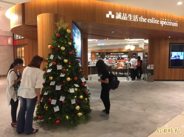 台灣世展會今與誠品花蓮店合作,舉辦「一書一希望,滿載小夢想」耶誕感恩資助分享會,邀請民眾透過耶誕心願卡幫助花蓮地區的學童募集60本好書。(記者王峻祺攝)