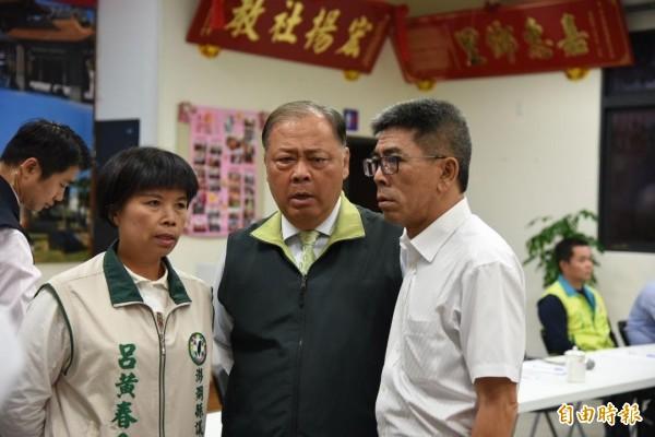 尋求連任失利的縣長陳光復〈中〉表示我將再回來,未來一年半全力協助立委楊曜〈右〉連任。(記者劉禹慶攝)