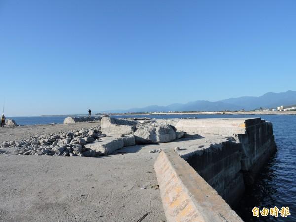 富岡港東防坡堤損壞兩年多,還未修復。(記者張存薇攝)
